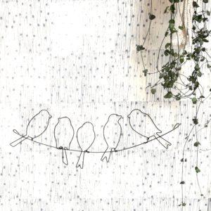 Cinq oiseaux sur le fil